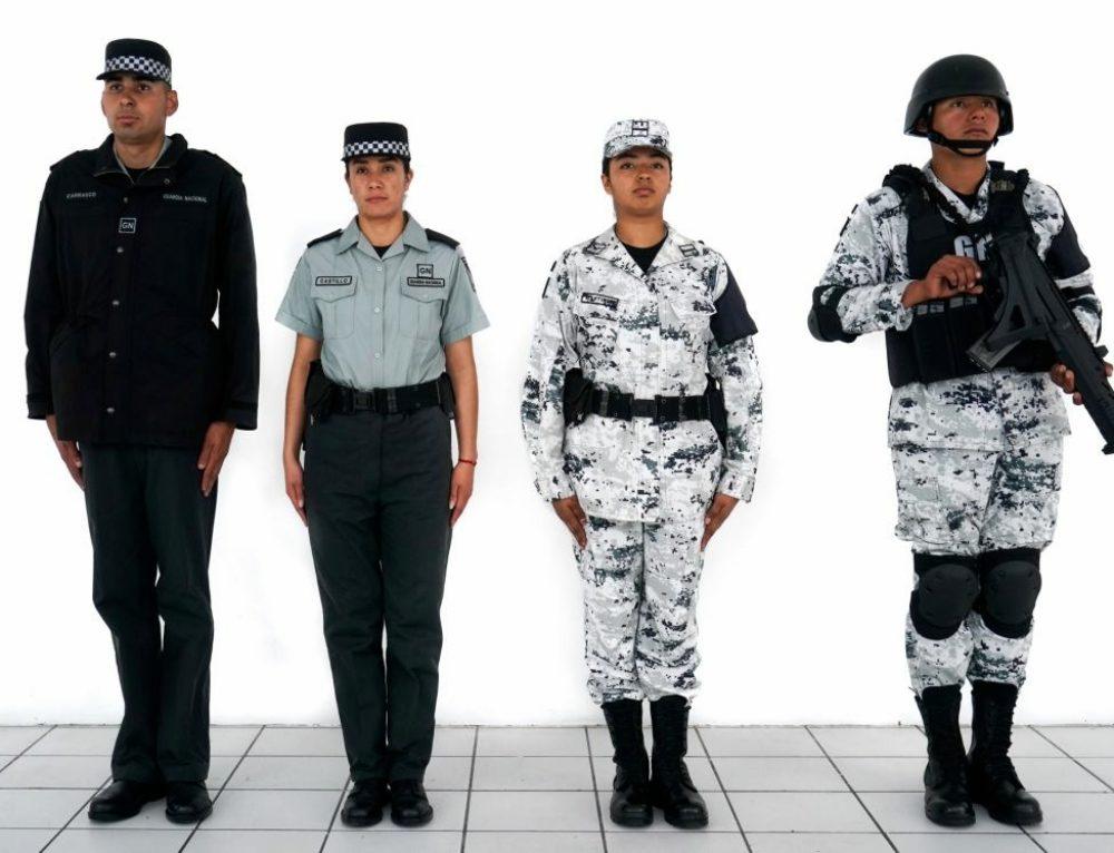 Cuatro soldados de la Guardia Nacional, de pie, con diferentes uniformes.