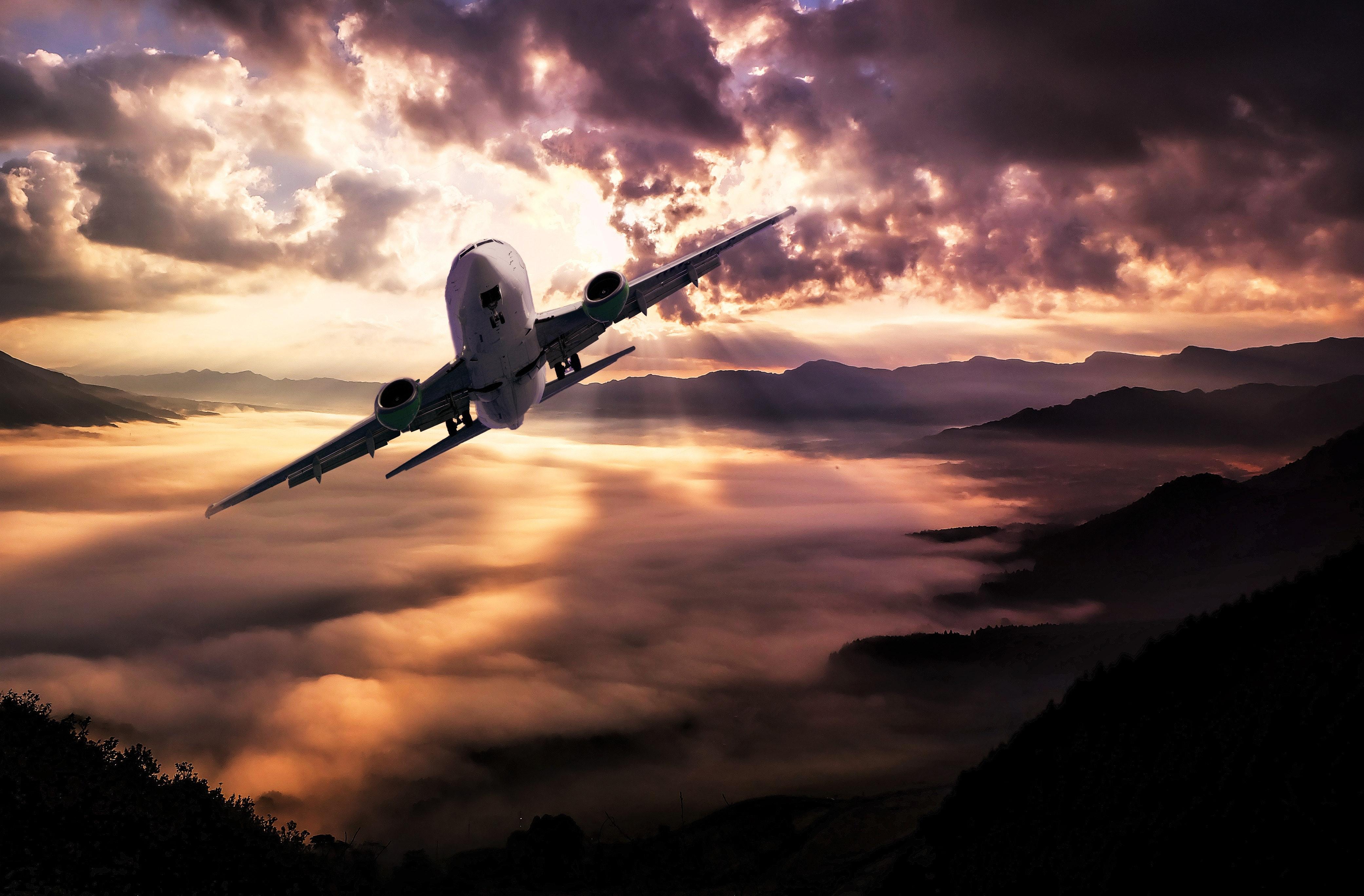 Un avión privado que se desliza entre las nubes, alquilado a AvPro.