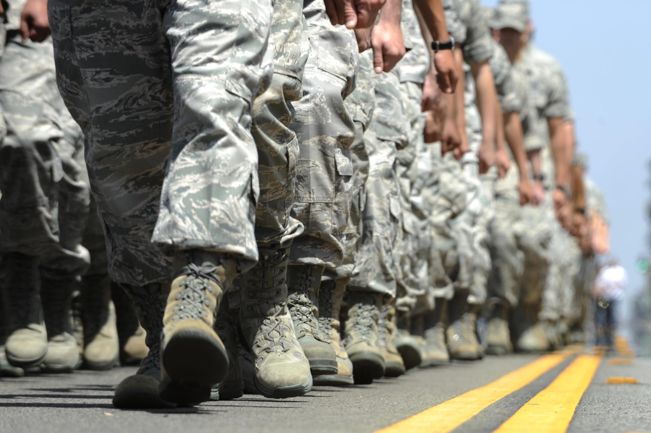 Soldados, marchando en unisom, con vista a sus botas tácticas.