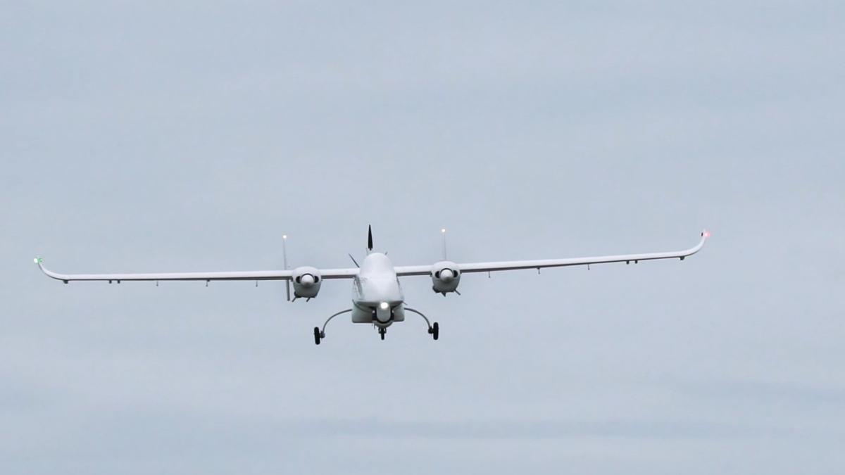 Un Tekever xAR5, un dron de seguridad y vigilancia, volando